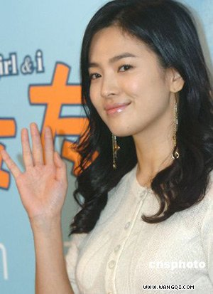 韩国女星宋慧乔 最近在京畿道坡州影视基地与搭档